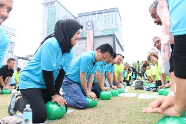 VIP practising CPR